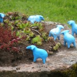 skulptuur sinine lammas kiviktaimlas